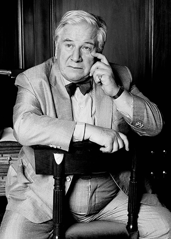 Sir Peter Ustinov in London. The photo was taken in his suite at the Berkeley hotel, over tea and a feast of jam scones and cream buns. Photo Allen Warren 1986 [Wikimedia]